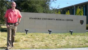CJ vor der Stanford Medical School