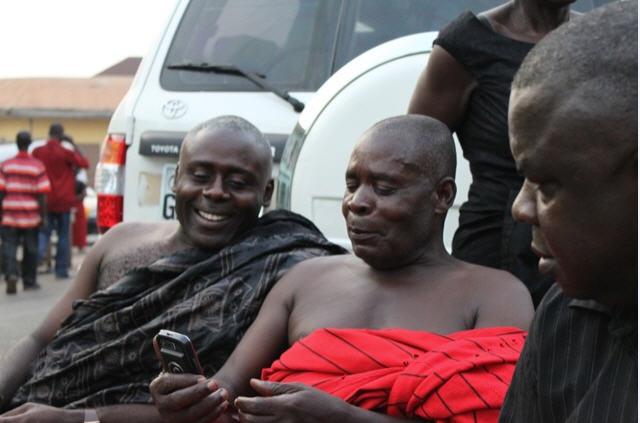 Ältere Herren mit einem Handy