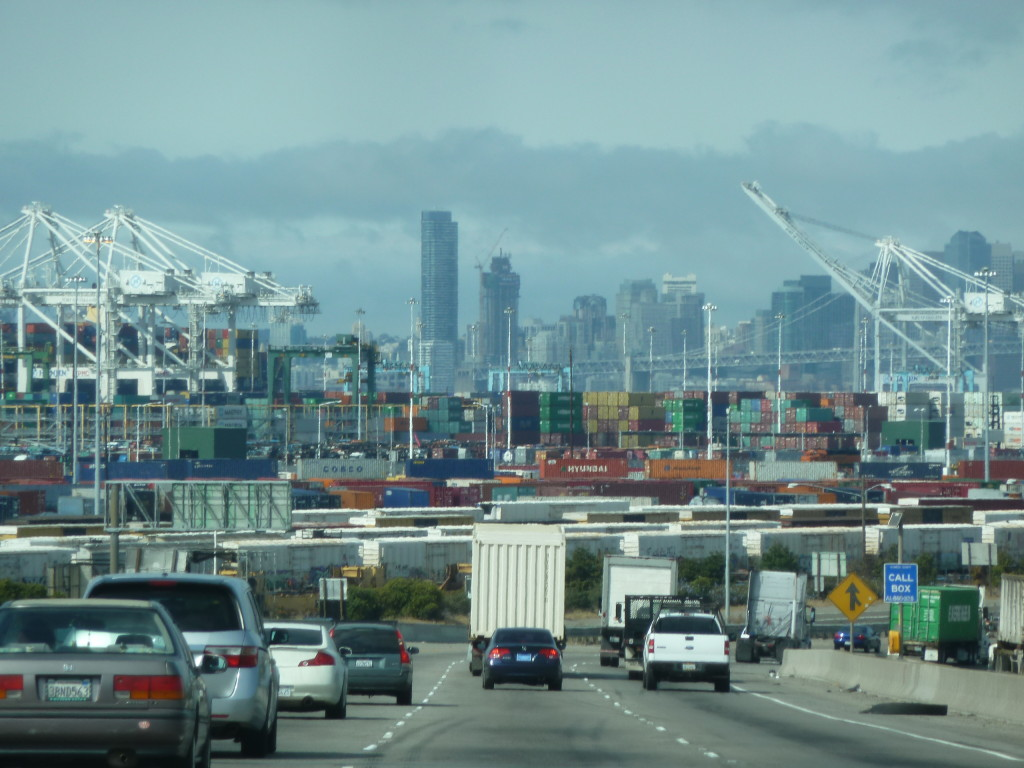Blick über den Hafen von Oakland auf die Skyline von San Francisco