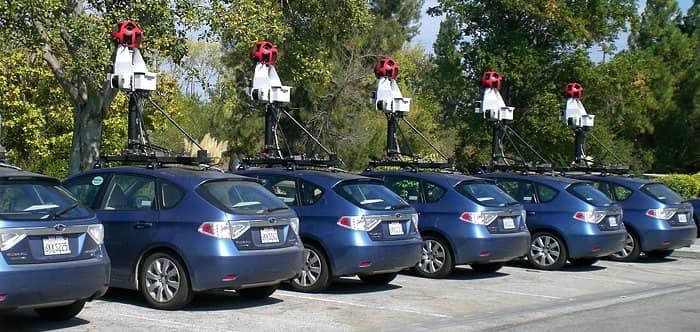 Bild zeigt mehrere selbstfahrende Autos als Beispiel für autonome Systeme.